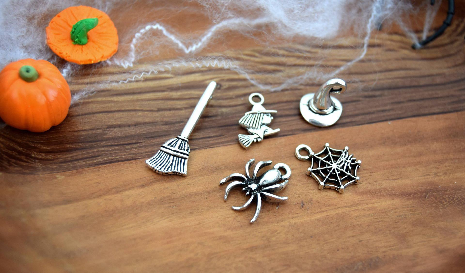 5 breloques halloween sorcière balai chapeau araignée Halloween Argenté  B55