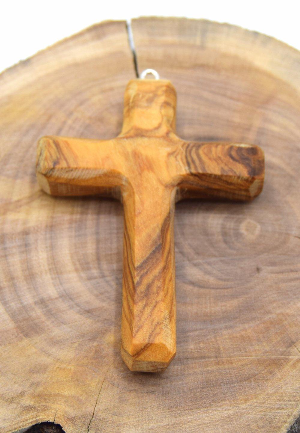 Croix chrétienne fabriqué de façon artisanale en bois d'olivier poli
