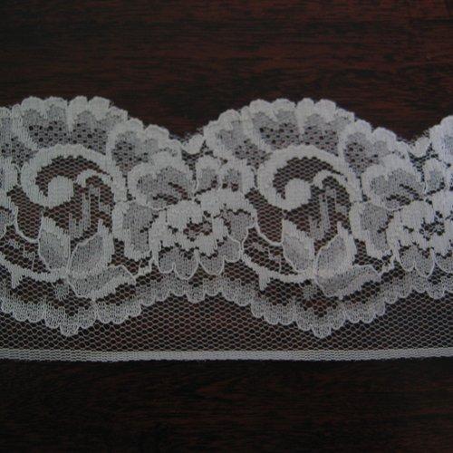 Dentelle blanche polyester festonnée motif floral