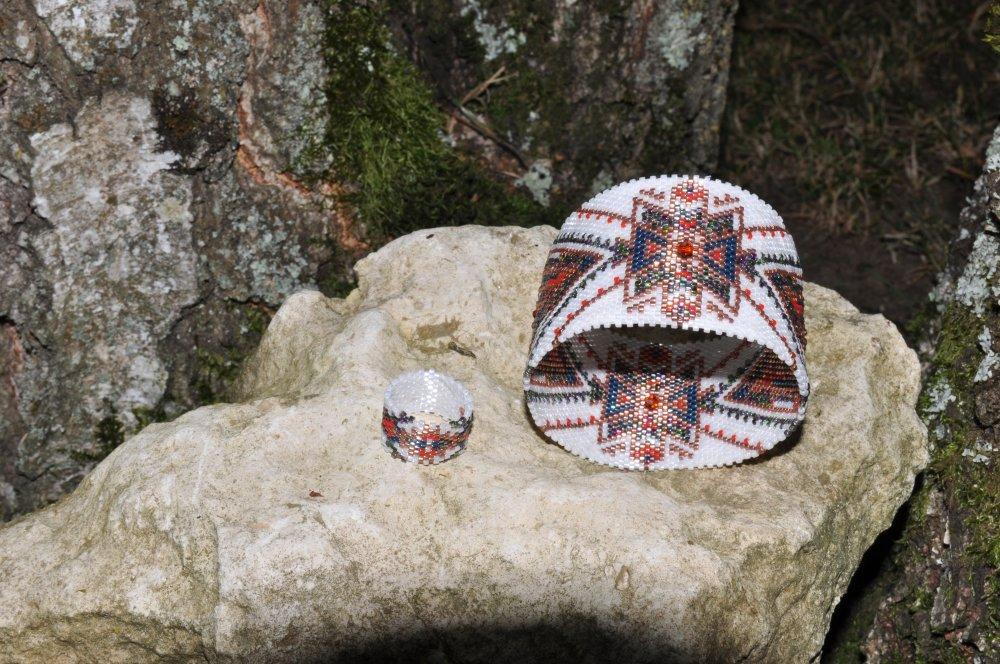 Bracelet Maxi bangle  ethnique en tissage peyote circulaire avec des perles de verre et swarovski
