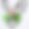 """Collier pendentif avec une grosse goutte en cristal ornée d'une fleur et de feuilles en lucite sur cordon caoutchouc : """"goutte de lumière"""""""