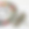 """Collier avec dix-huit perles en céramique multicolores ornées d'une libéllule sur cordon en caoutchouc : """"the dragonfly"""""""
