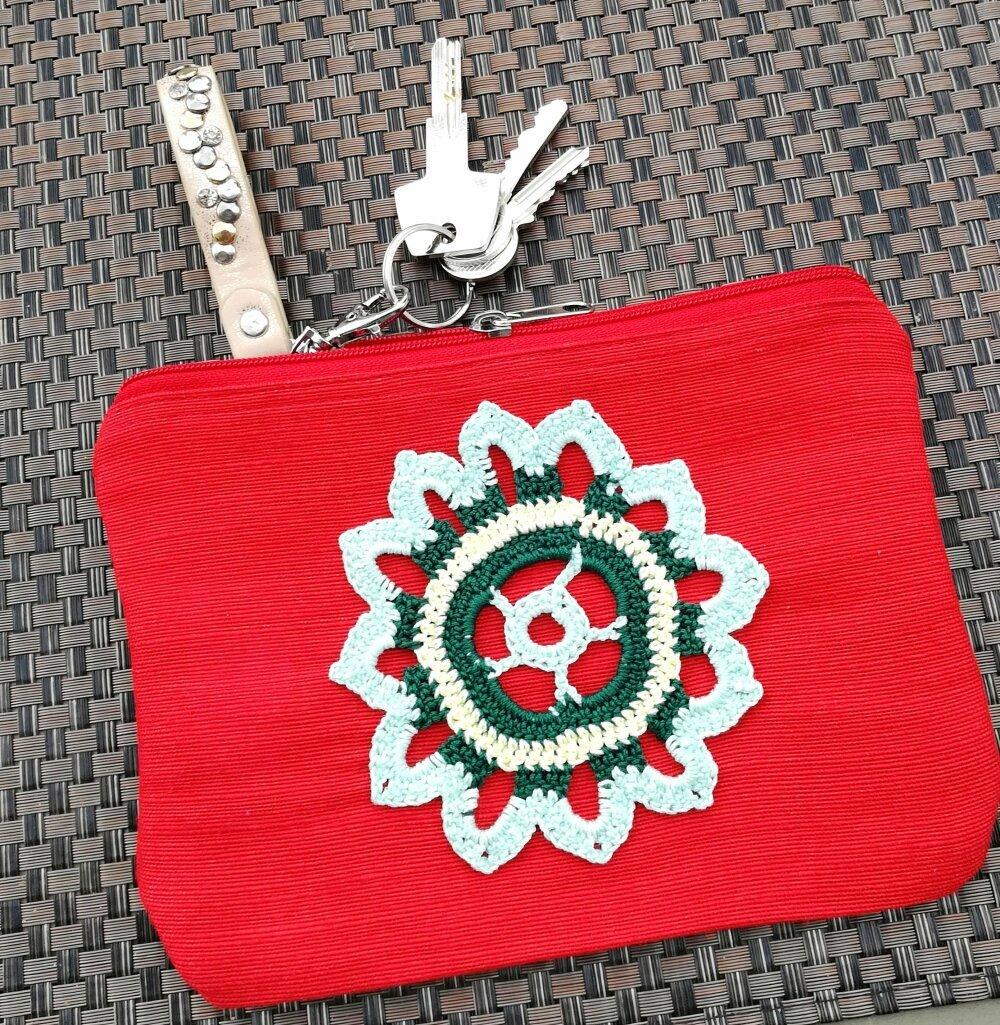 Pochette rouge en jute et coton avec applique au crochet fait-main