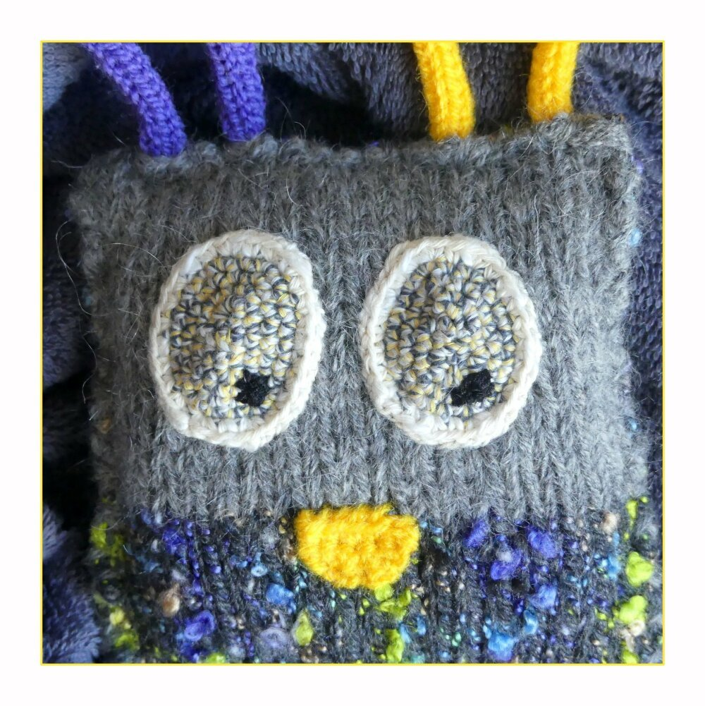 Doudou gris en forme de gentil monstre au crochet et tricotin