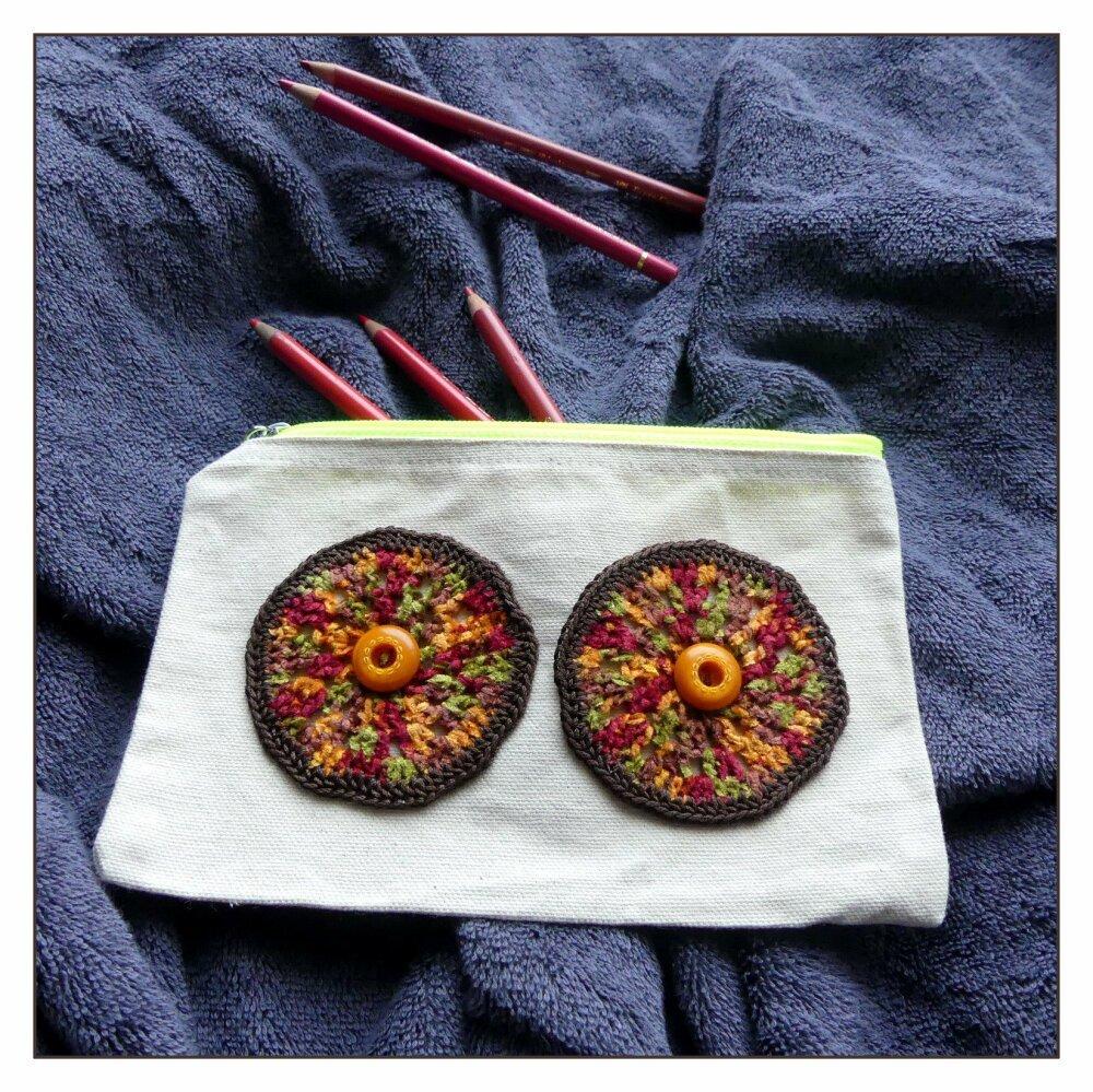 Trousse écrue en coton avec des yeux au crochet fait-main orange et marron