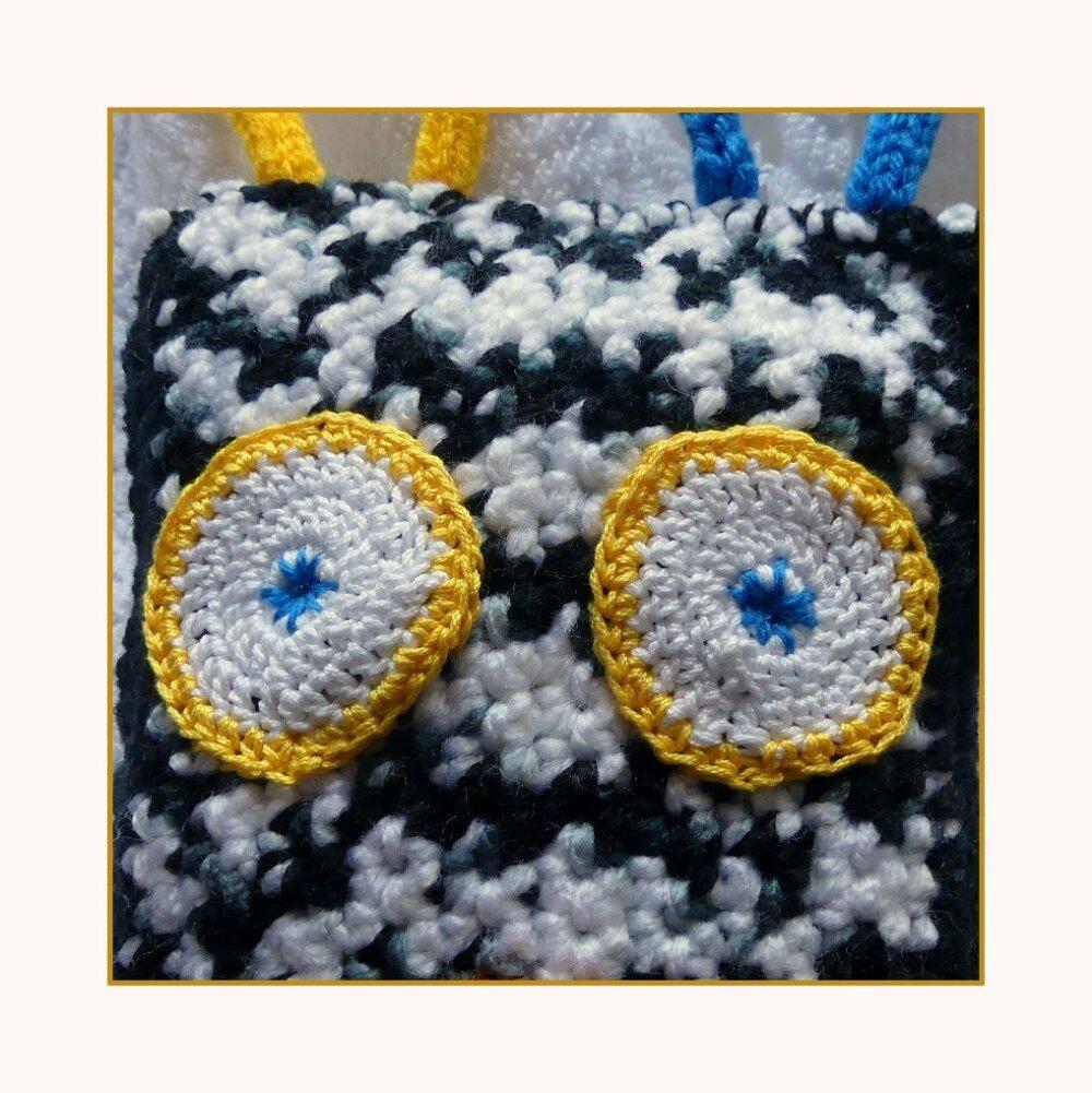 Doudou gentil monstre noir et blanc au crochet et tricotin