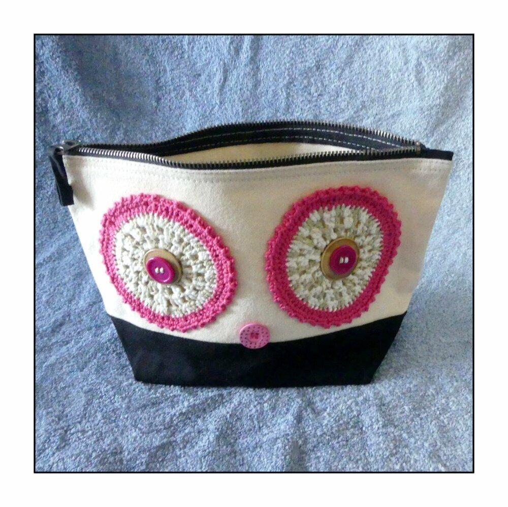 Trousse de toilette en coton brossé écru et noire avec des yeux au crochet fait-main