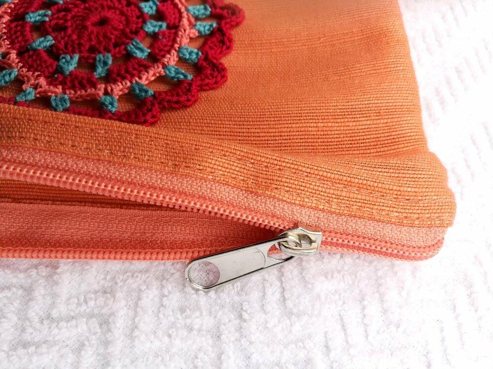 Pochette de couleur pèche en jute et coton avec applique au crochet fait-main