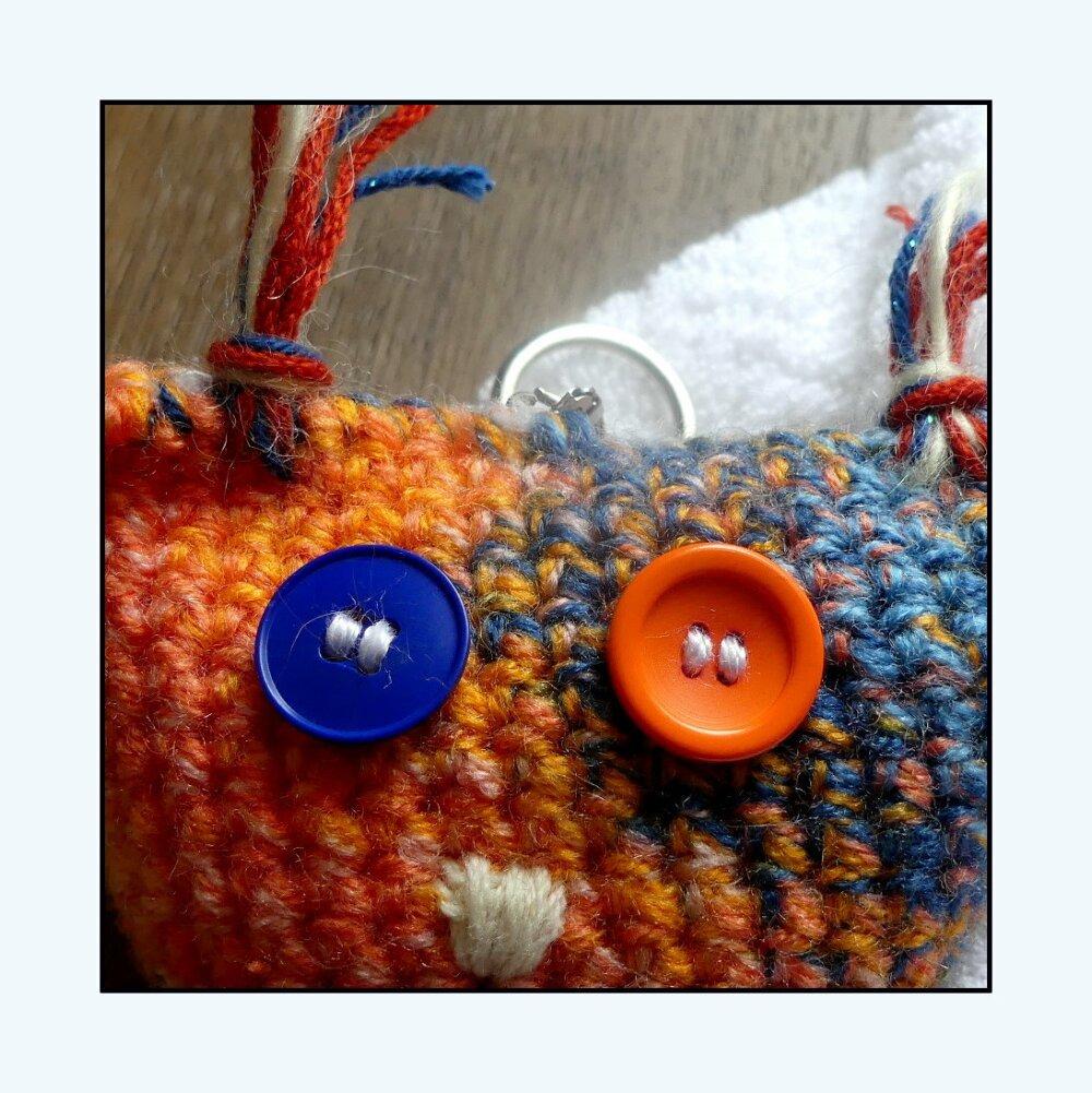 Porte-clés bleue et orange en forme de chouette au crochet fait-main