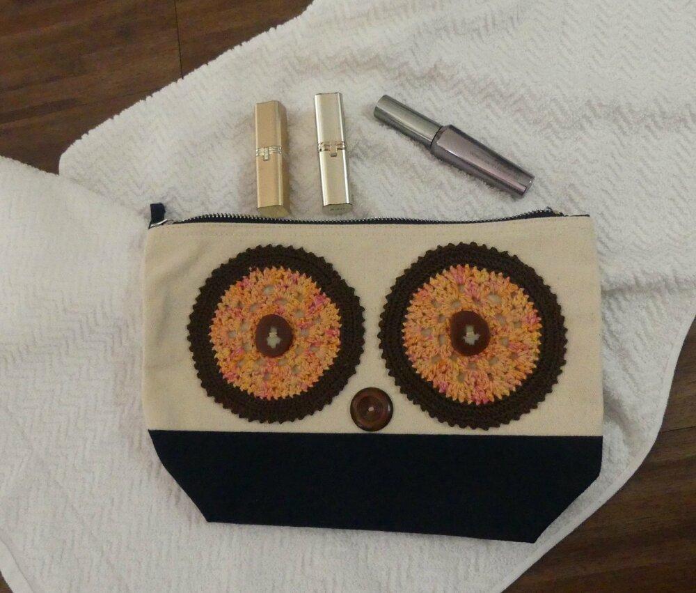 Trousse de toilette écrue et bleue marine en coton brossé avec yeux orange au crochet fait-main