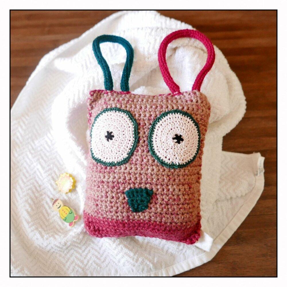 Doudou gentil monstre rose et vert fait-main au crochet et tricotin