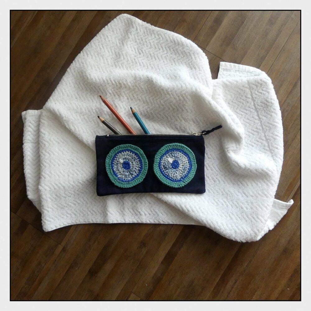 Trousse en coton bleue marine avec des yeux turquises au crochet fait-main
