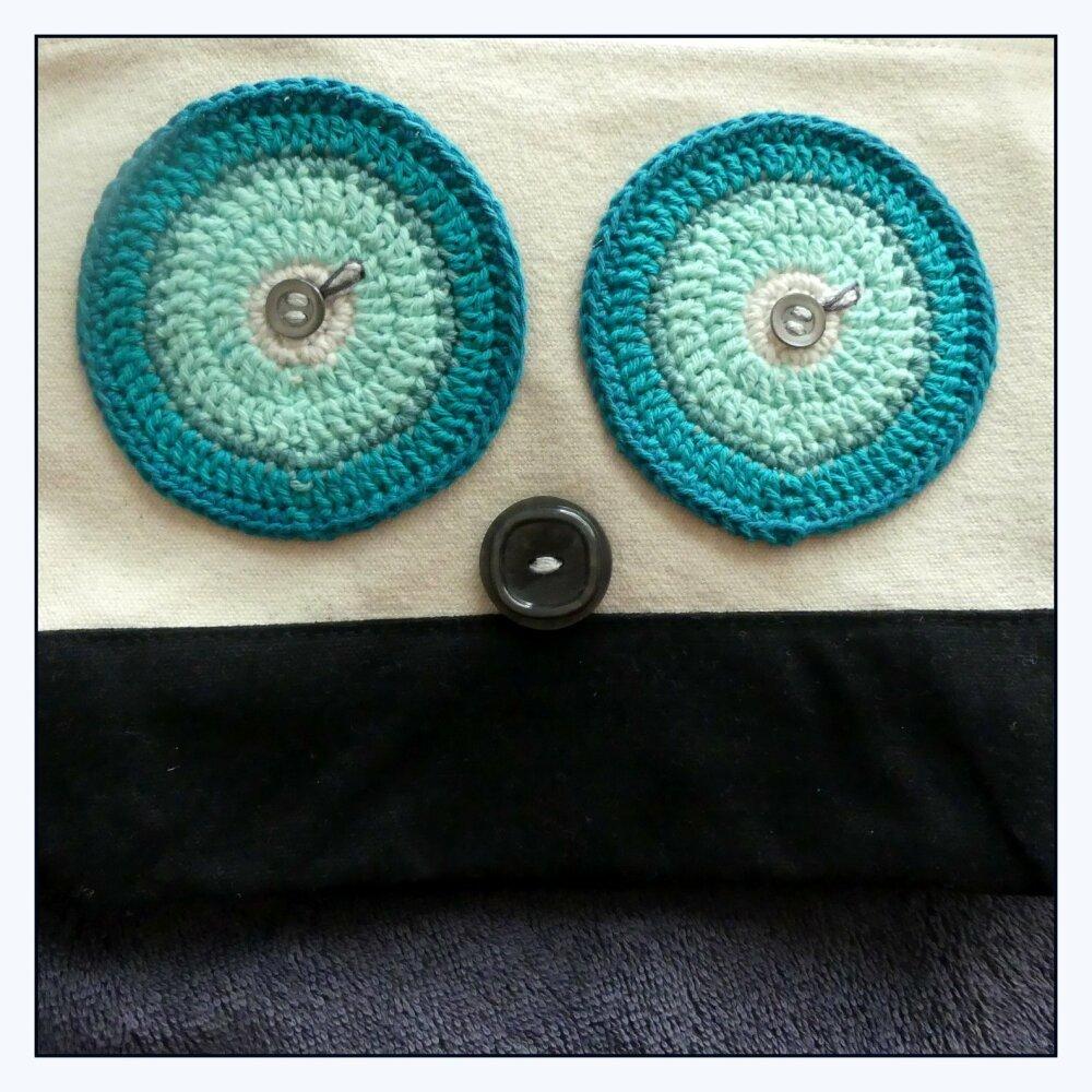 Trousse de toilette en coton brossé écrue et noire avec des yeux turquises au crochet fait-main