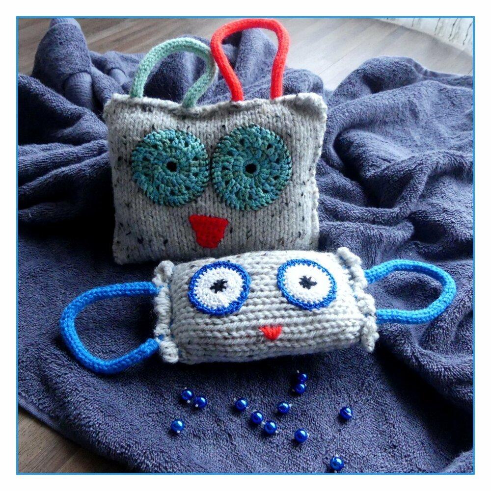 Doudou beige en forme de gentil monstre avec des yeux turquoises au tricot et crochet fait-main