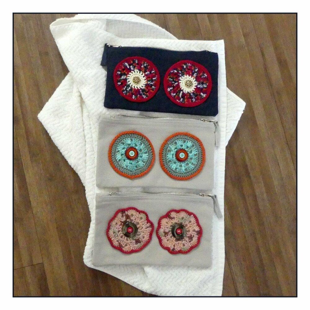 Trousse en coton  gris clair avec des yeux turquoise et orange au crochet fait-main