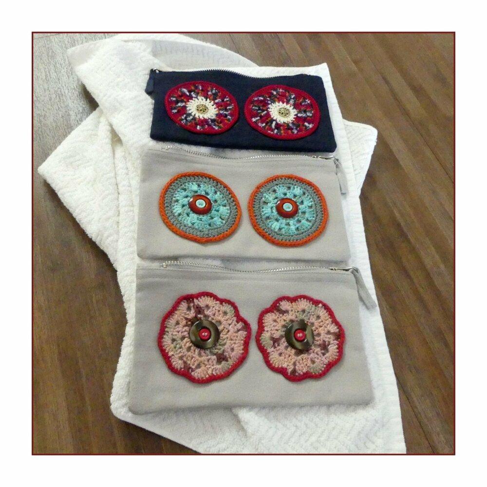 Trousse en coton gris clair avec des yeux roses au crochet fait-main
