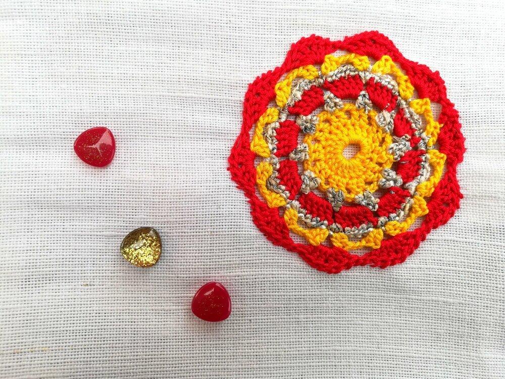 Pochette de couleur blanche en jute et coton avec applique au crochet fait-main