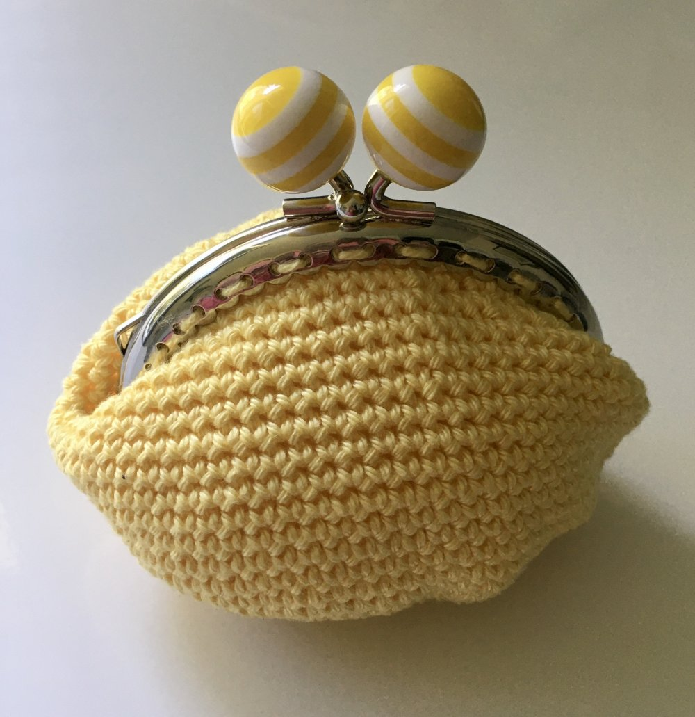 porte monnaie jaune au crochet