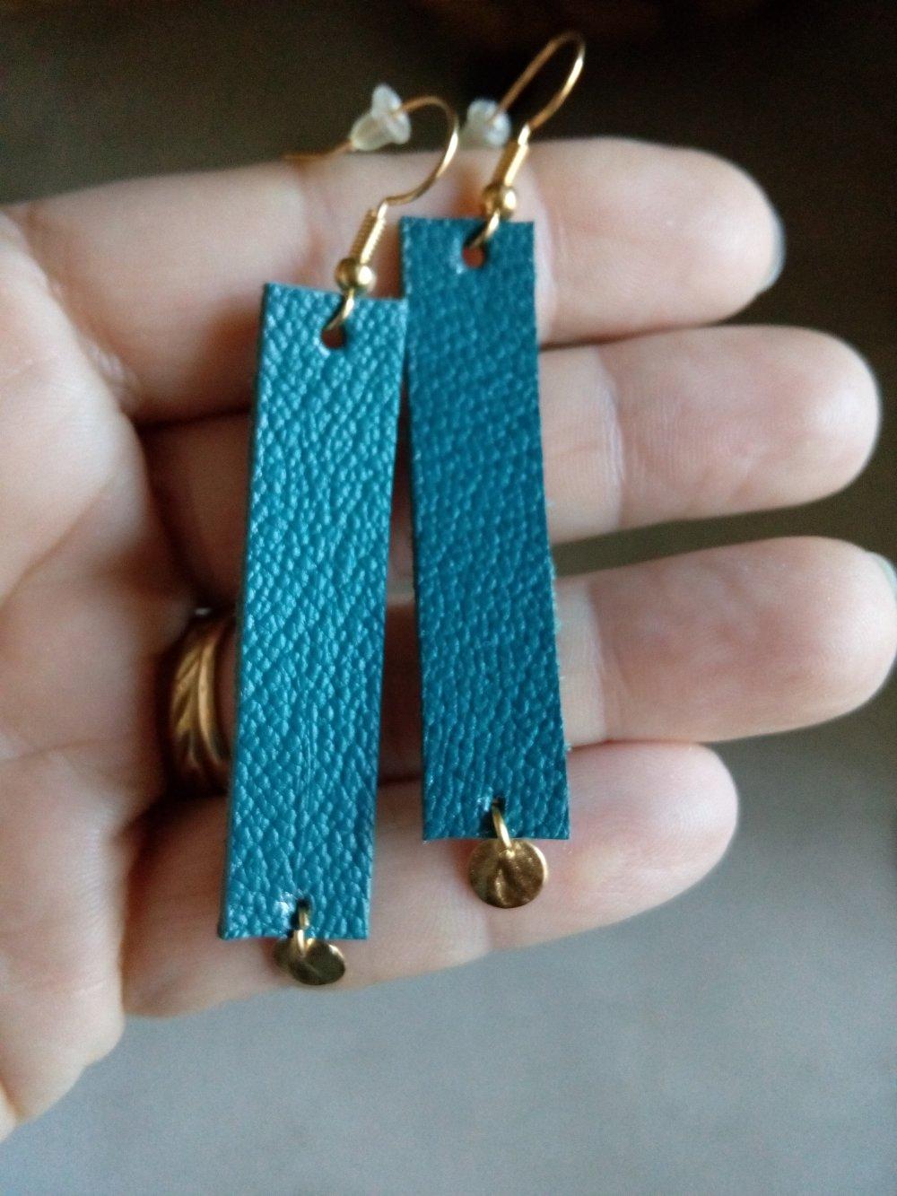 boucles d'oreilles en cuir minimaliste bleu canard et sequin