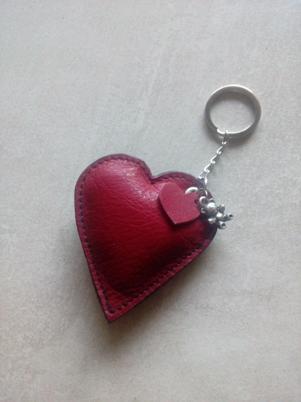 porte clé ou bijou de sac cœur en cuir rouge