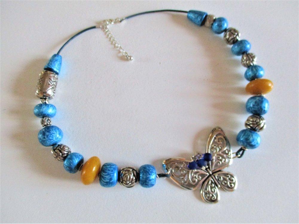 Collier bleu fait main et breloque papillon