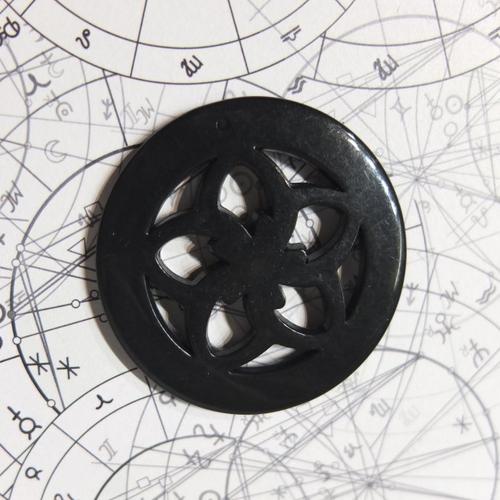 Pendentif noir fleur en acrylique