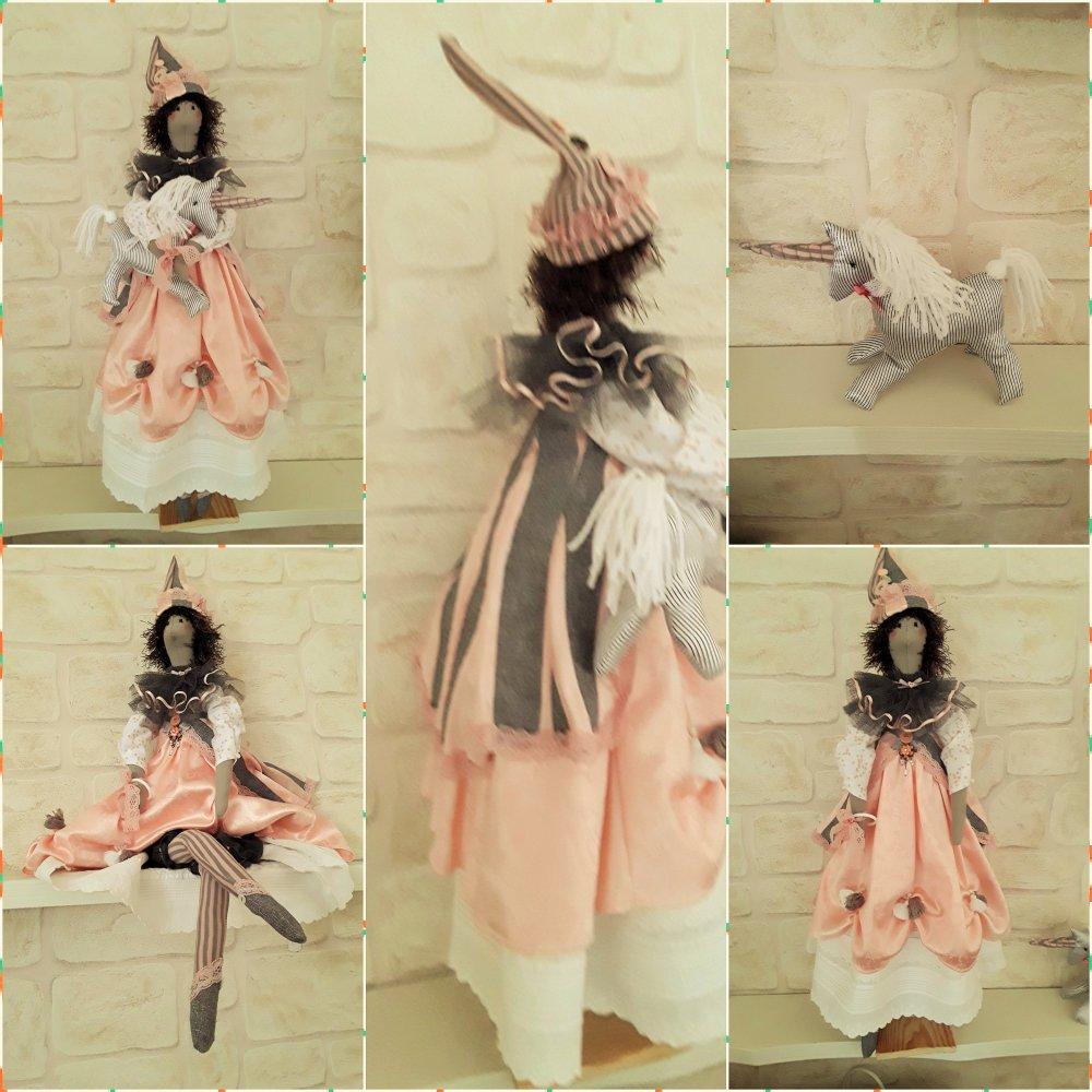 Poupée tissu, Style Tilda, la Fée Licorne, rose pêche, gris, blanc, support inclus