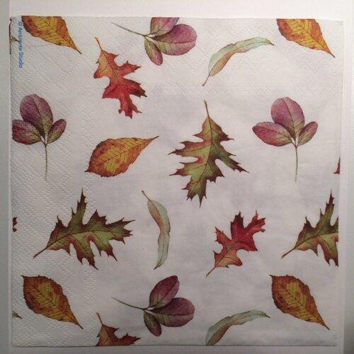 Serviette en papier motifs feuilles d'automne sur fond blanc
