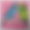serviette en papier motif 2 perruches bleu turquoise et vert / jaune sur fond rose