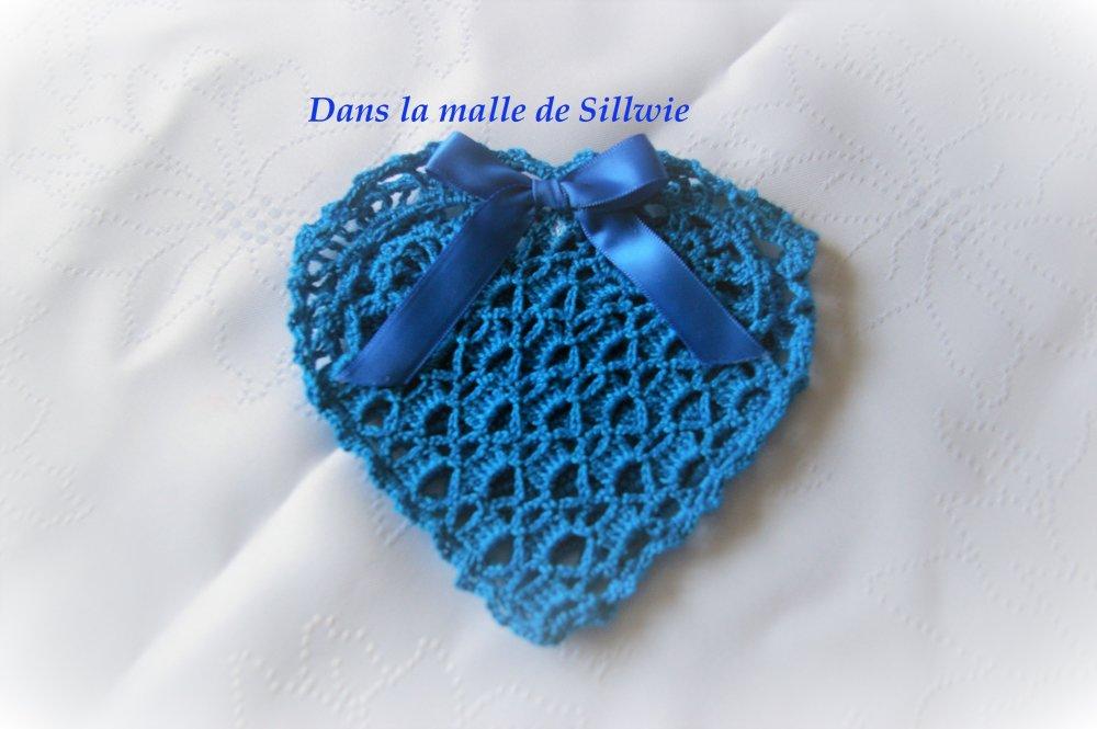 pochette bleue en forme de coeur au crochet