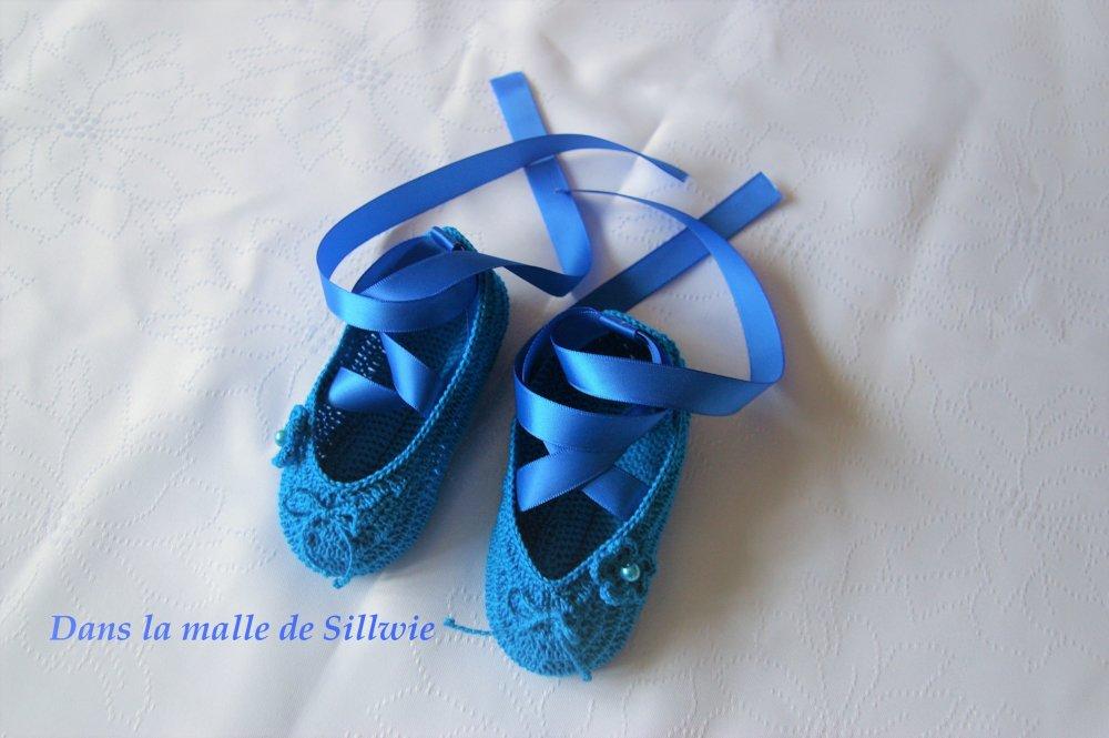 minis chaussons de danse décoratifs bleus réalisés au crochet