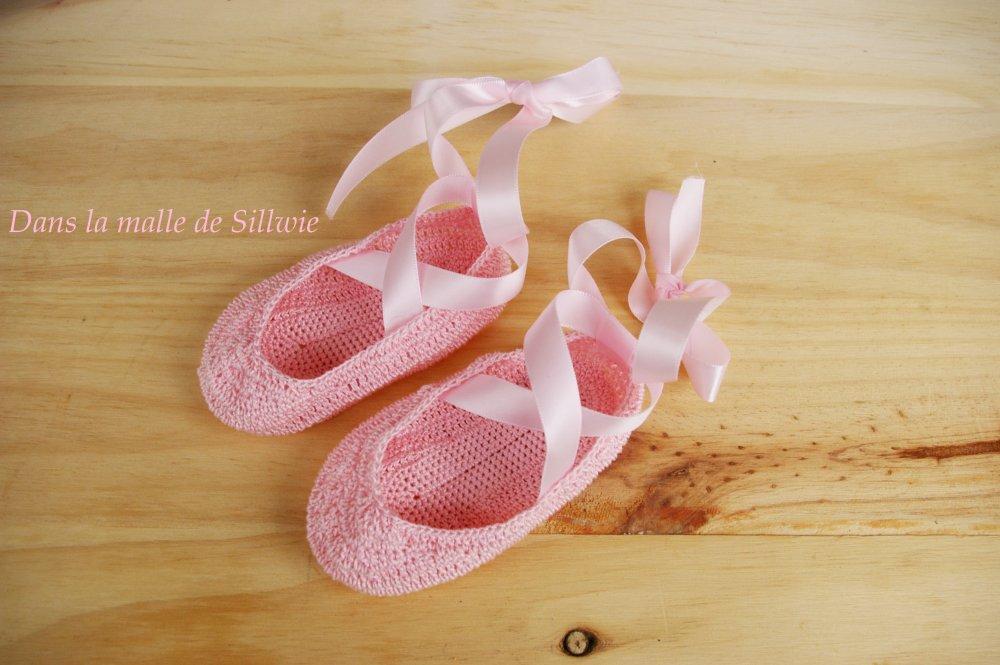 minis chaussons de danse décoratifs rose réalisés au crochet