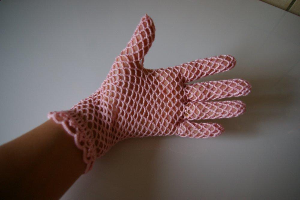 gants de ceremonie mariage dentelle rose au crochet d'art et perle en cristal de swrovski