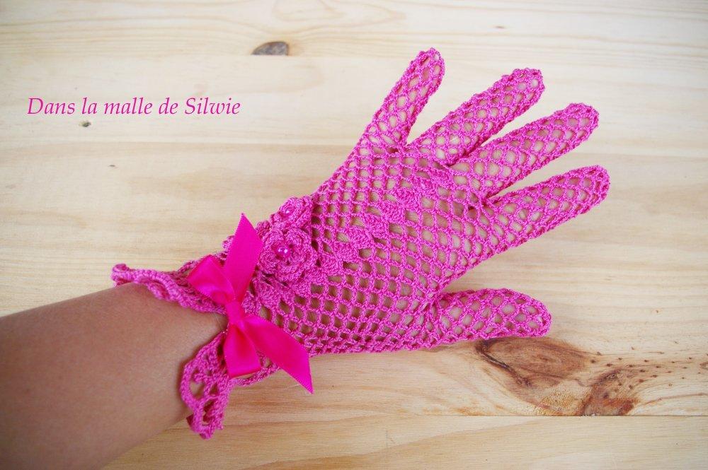 gants de ceremonie mariage dentelle roses fuchsia au crochet et perle de verre