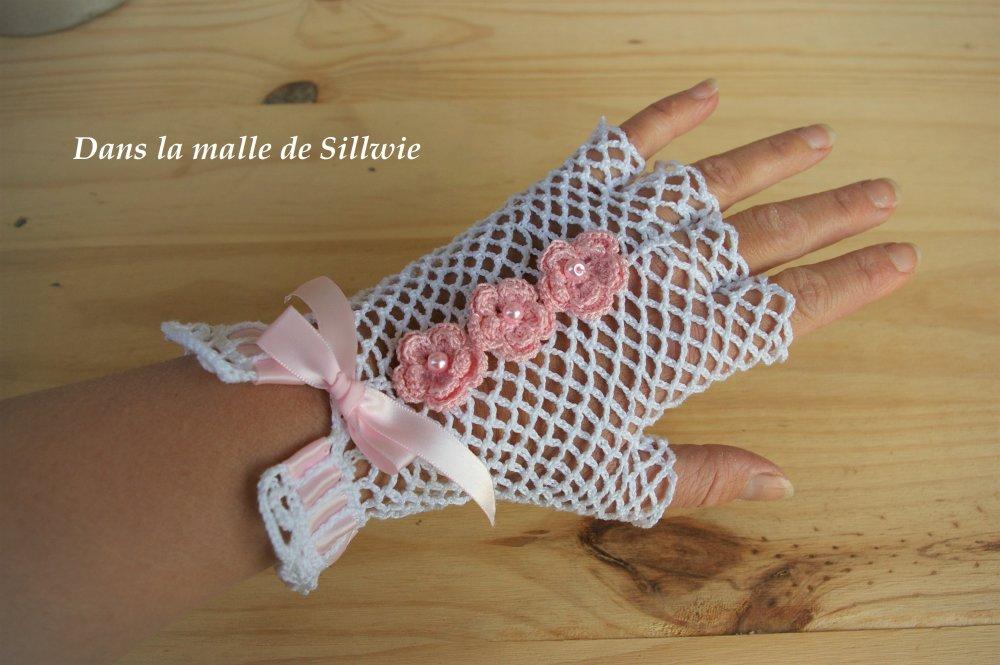 paire de mitaines gants en dentelle motif resille au crochet roses et blancs pour mariage ceremonie