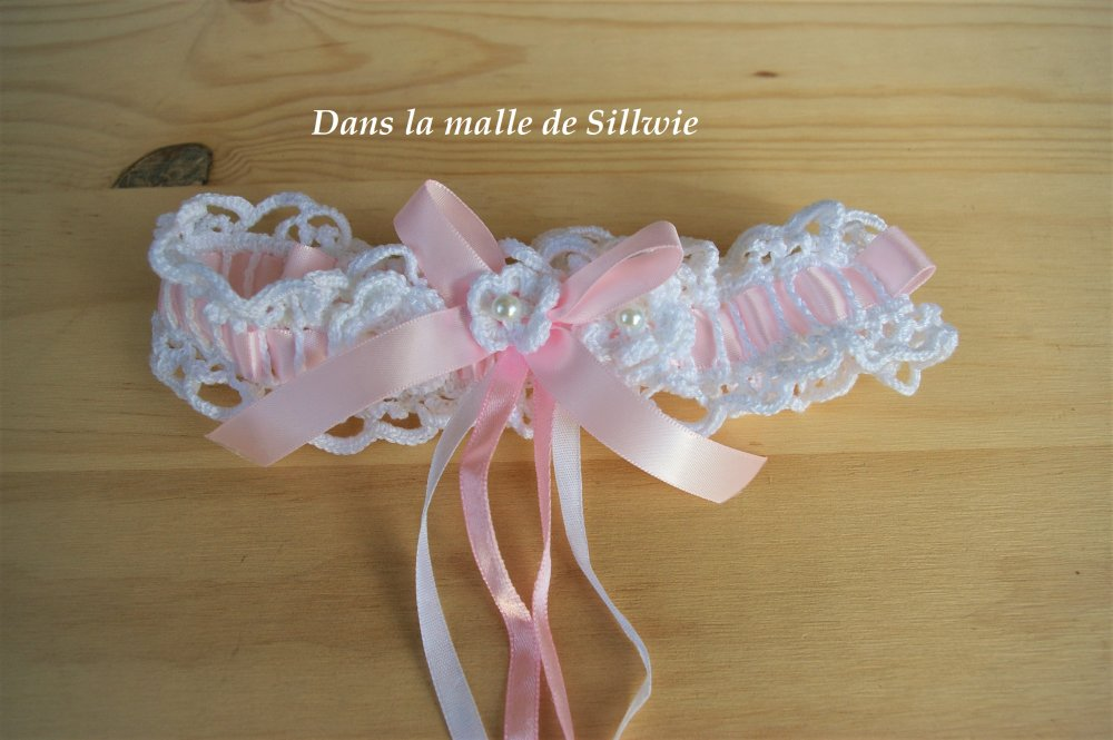 jarretière blanche et rose réalisée au crochet