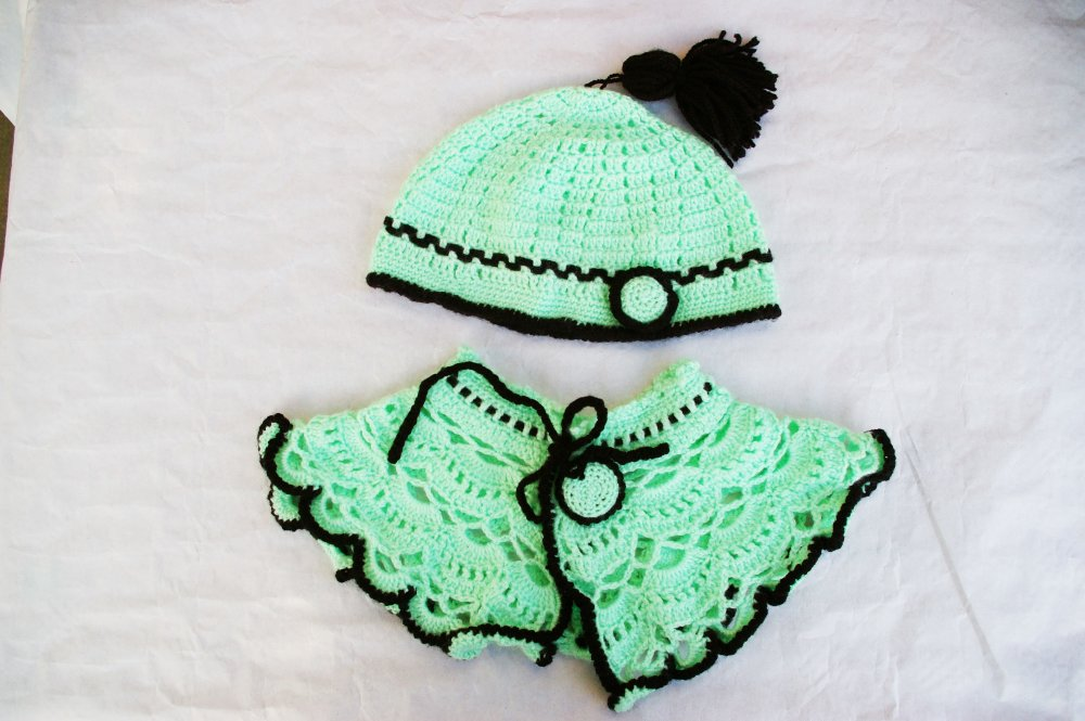 Ensemble Cape et Bonnet verts et noirs au crochet taille 2/4 ans