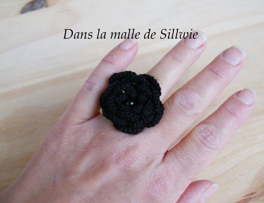 bague fleur noire au crochet et perles de verre