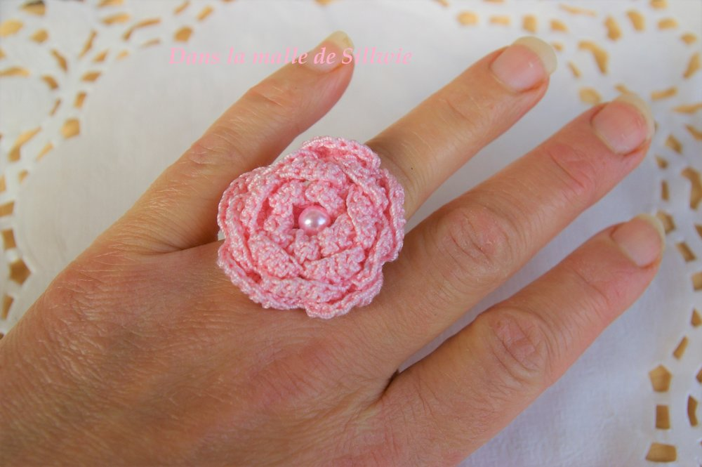 bague fleur rose au crochet et perles de verre nacrée