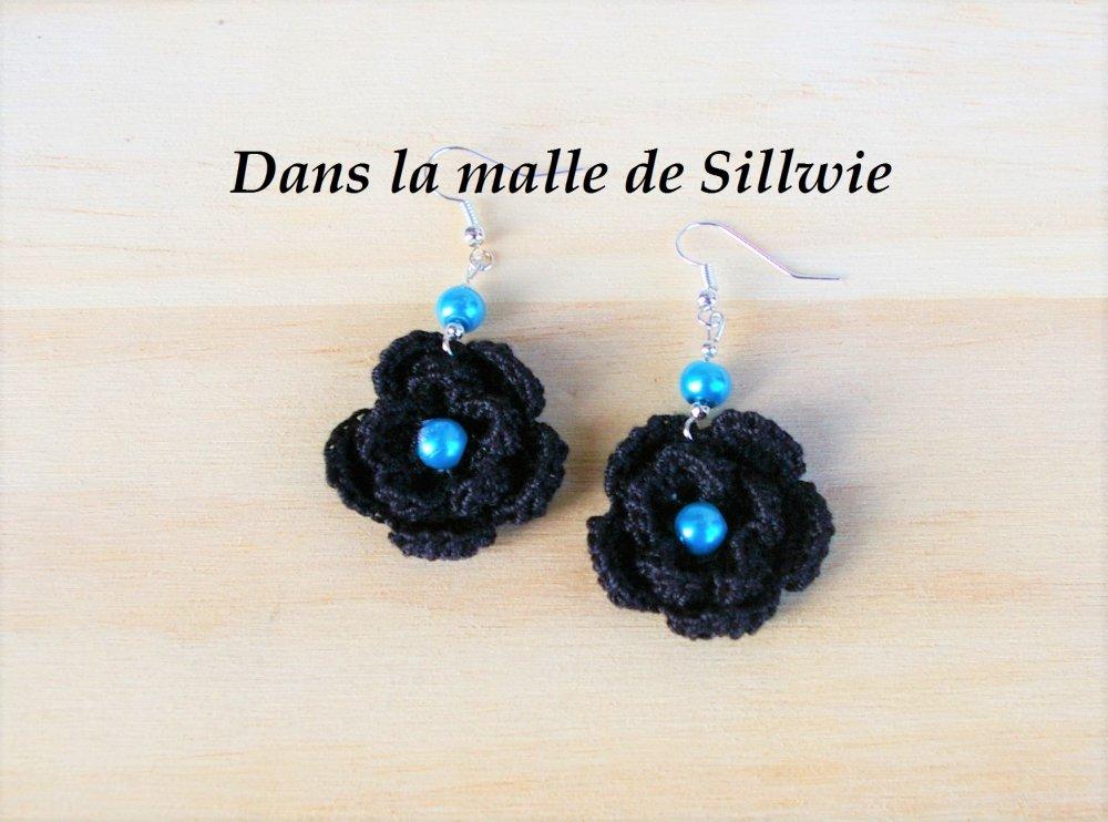 paire de boucles d'oreille noires et bleue au crochet