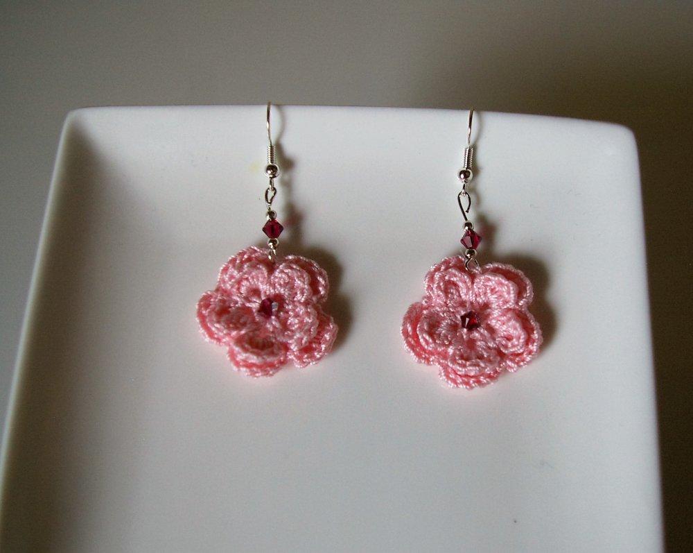 boucles d'oreilles avec fleurs roses au crochet