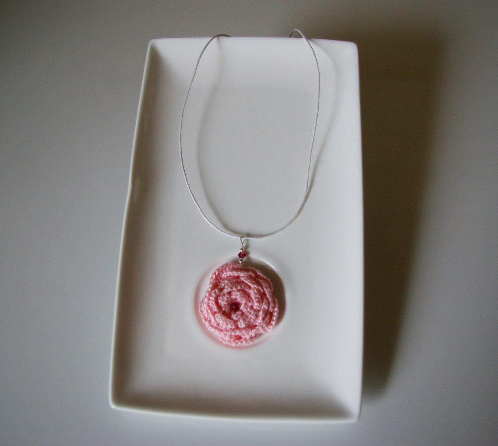 collier mi-long avec fleur rose au crochet