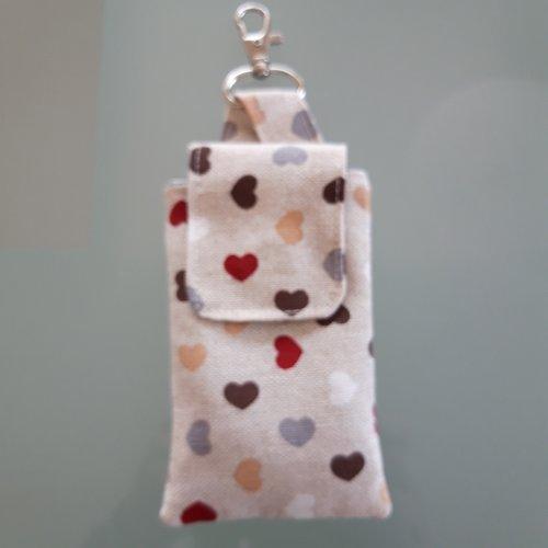 Etui pour gel hydro-alcoolique, en tissu motifs coeurs, avec mousqueton