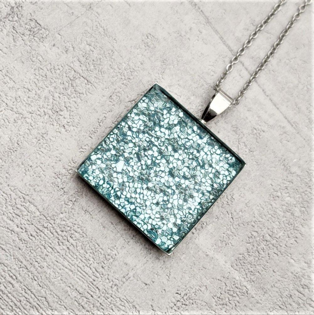 Collier chaine acier inoxydable pendentif métal argenté simili cuir bleu scintillant