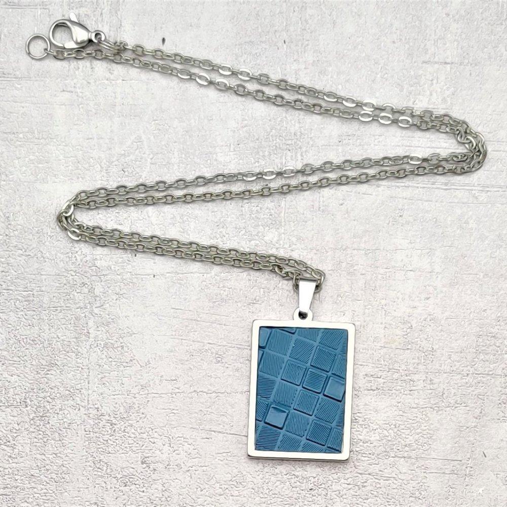 Collier acier inoxydable pendentif simili cuir bleu canard texturé