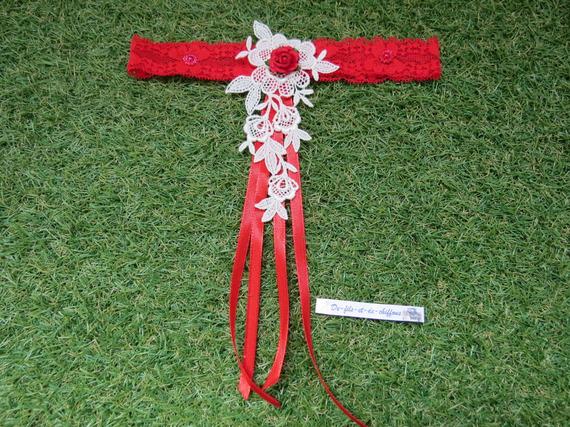 Jarretière mariage dentelle extensible rouge et guipure écrue.