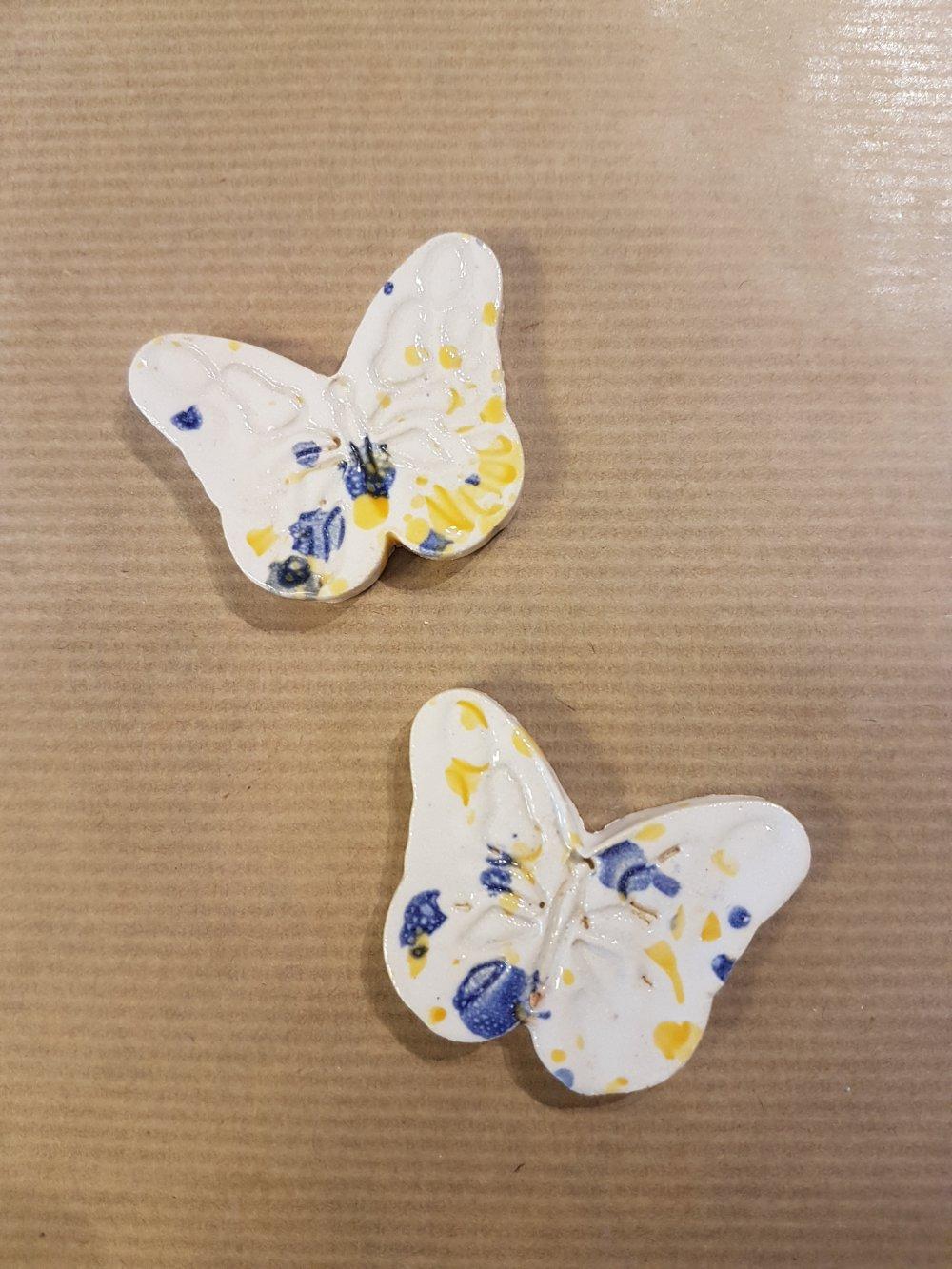 2 Cabochons Papillons en ceramique blancs bleus et jaunes