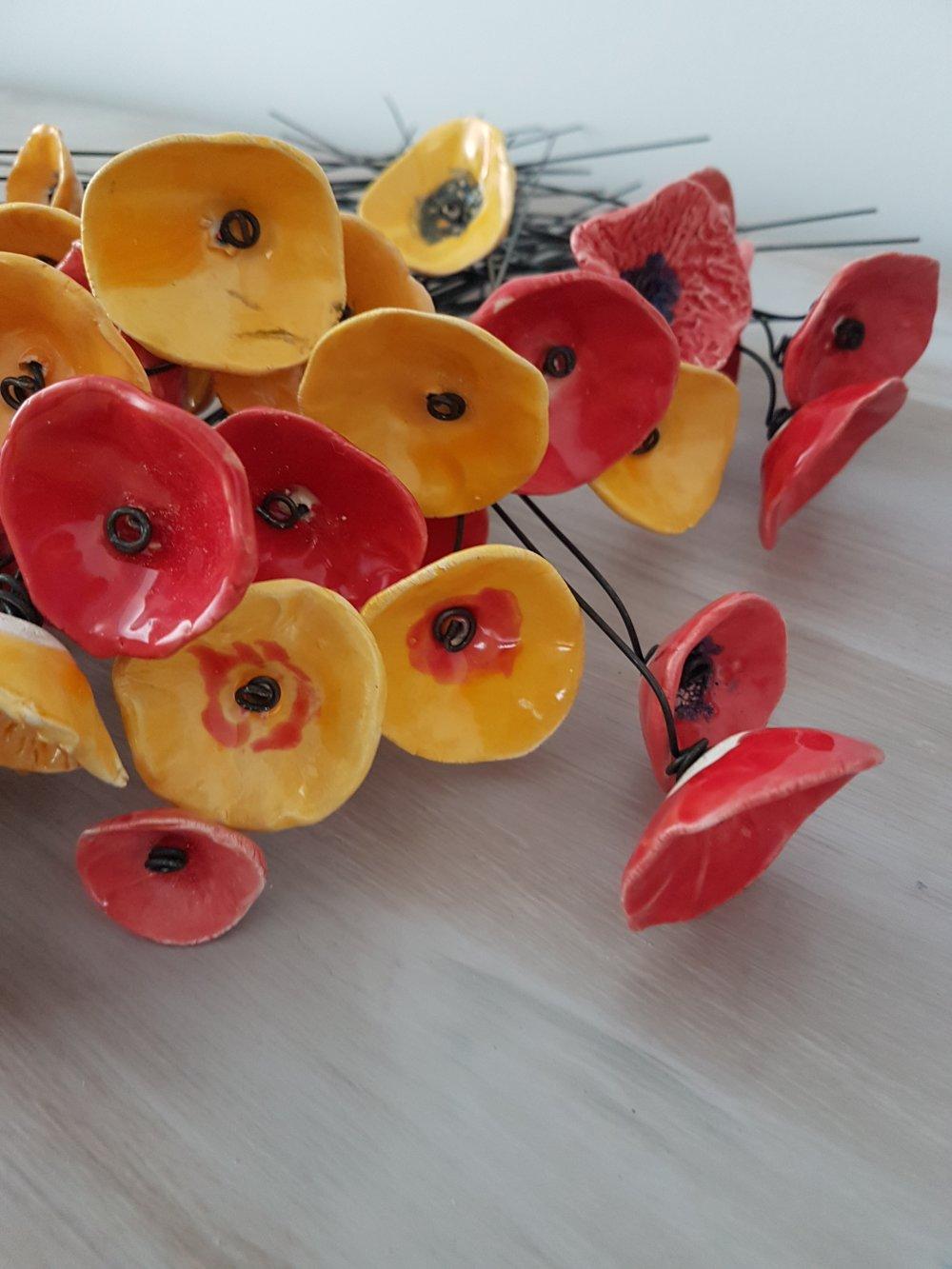 Bouquet de petites Fleurs  en ceramique sur fil de fer tons rouges et jaunes