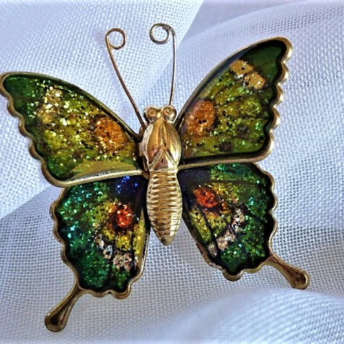 Broche épinglette papillon paillettes vertes et multicolores sur estampe bronze lap 954 bijoux fantaisie femme