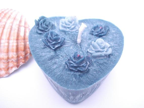 coeur sobre garnis de roses anthracites et grises ambre-patchouli